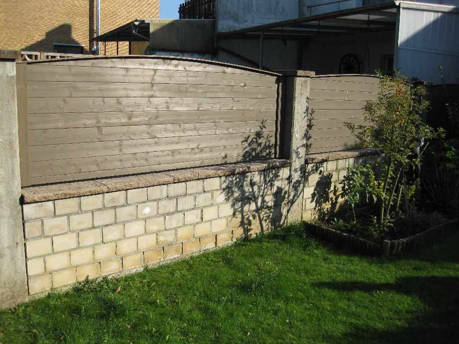 Sichtschutz zwischen gemauerten Pfeilern aus Carprot-Profilen geschlossen. Farbton: Moosgrau