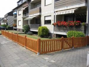 Ein Vorgartenzaun aus einer Rahmenkonstruktion, dazwischen sind Glattkantbretter befestigt, Holzart:Fichte/Tanne