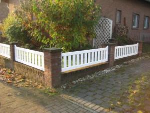 Ein Vorgartenzaun aus einer Rahmenkonstruktion, dazwischen sind Glattkantbretter befestigt, Holzart:Fichte/Tanne, Anstrich weiß